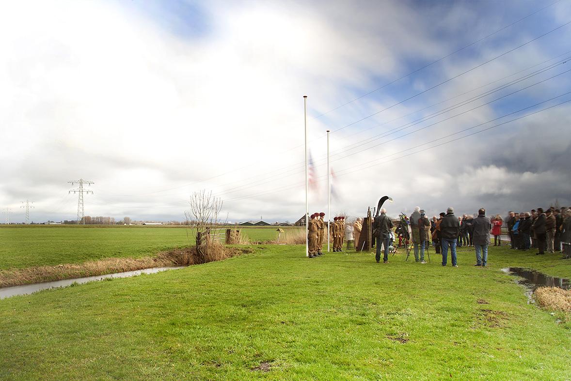 Herdenking van een neergestort militair vliegtuig op de communicatieweg tussen Heemskerk en Uitgeest