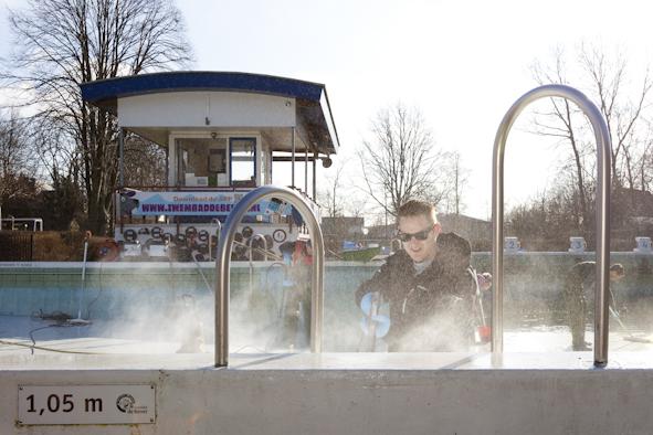 Zwembad de Bever in Langedijk wordt door medewerkers van Rabobank Alkmaar e.o. schoongemaakt in het kader van NLDoet.