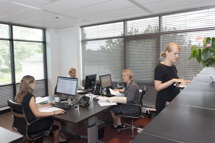 Bedrijfsfotografie voor advocaten kantoor in Alkmaar. De foto toont een deel van het personeel in dagelijkse werkzaamheden